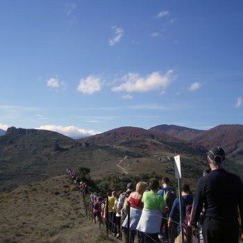 Tras alcanzar el cerro Villaverde, la marcha se dirige ordenadamente hacia el pico Los Guardias.
